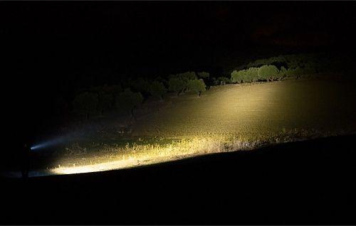 Удобный фонарь-прожектор с рукояткой и блоком элементов питания с возможностью крепления на пояс