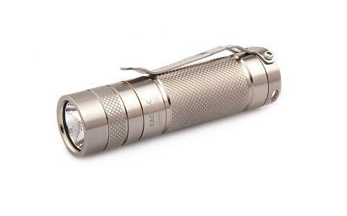 Компактный карманный фонарик с титановым корпусом